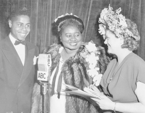 Wonderful Smith appears with Hattie McDaniel, center, and ABC commentator Frances Scully at the 1947 Academy Awards.