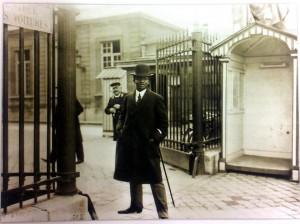 Hégésippe Légitimus devant le Palais Bourbon. circa 1930